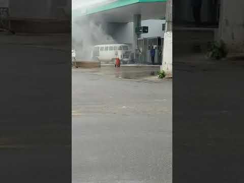 Carro pega fogo em posto de combustíveis em Linhares