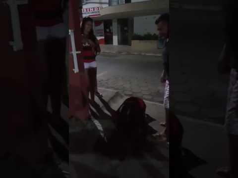 Flamenguista anda de joelhos após Fla X Flu na final do Carioca 2017
