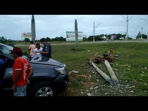Carro derruba palmeira e poste no Trevo do Pontal