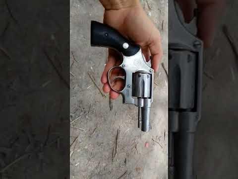 Bandido exibe arma de fogo com pezão de maconha ao fundo em Sooretama